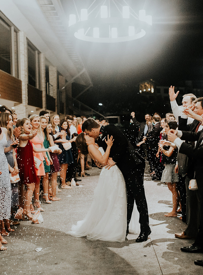 real wedding houston wedding the woodlands resort & conference center couple exit brida and groom couple kiss confetti toss end of the night