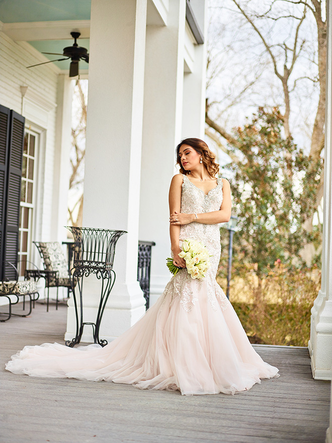 ivory and gold styled shoot, events de luxe, civic photos, sandlewood manor, plantation wedding, black accents, champagne beaded wedding dress, ivory bridal bouquet
