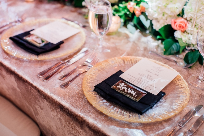 modern elegant wedding the astorian cordua catering shimmer linen gold chargers