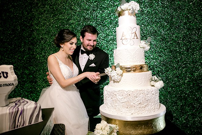 cutting the cake, wedding photography, cakes by gina