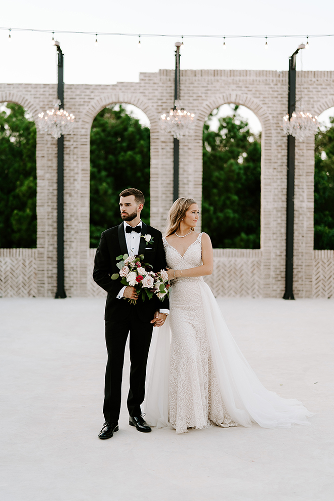 bride, groom, outdoor wedding photos, wedding photography, wedding moments, emily figurelli photography, venue, houston, iron manor, bridal bouquet, roses, blush, burgundy