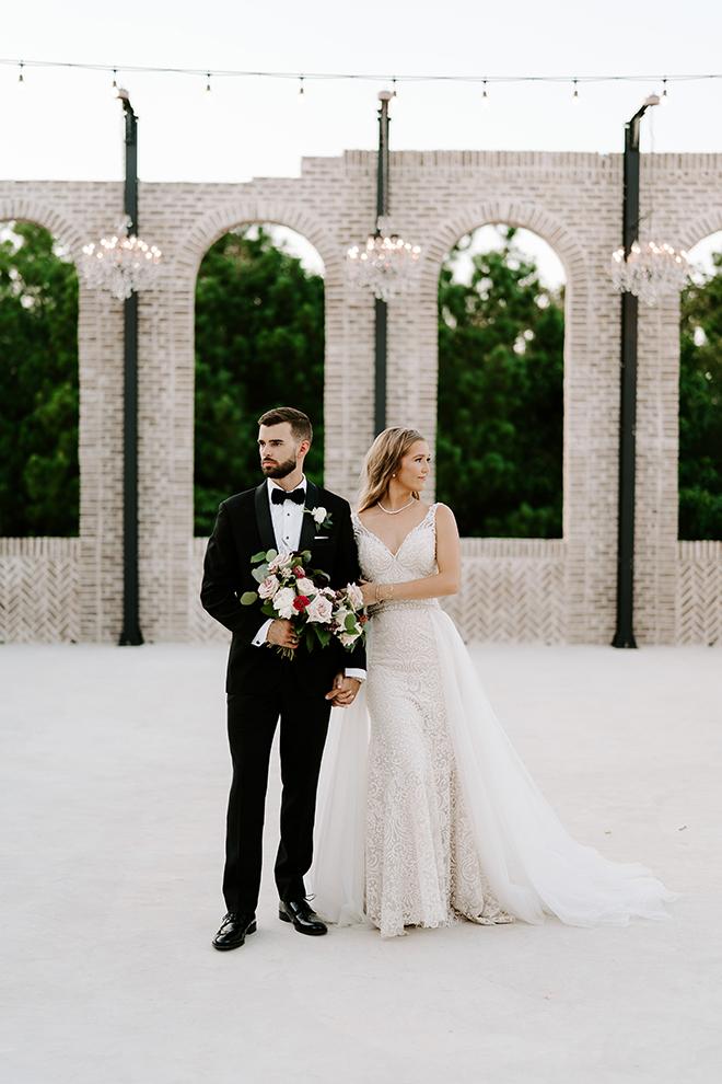 bride, groom, outdoor wedding photos, wedding photography, wedding moments, emily figurelli photography, venue, houston, iron manor, bridal bouquet, roses, blush, burgundy