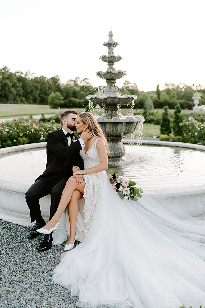 bride, groom, outdoor wedding photos, wedding photography, wedding moments, emily figurelli photography, venue, houston, iron manor, greenery, fountain