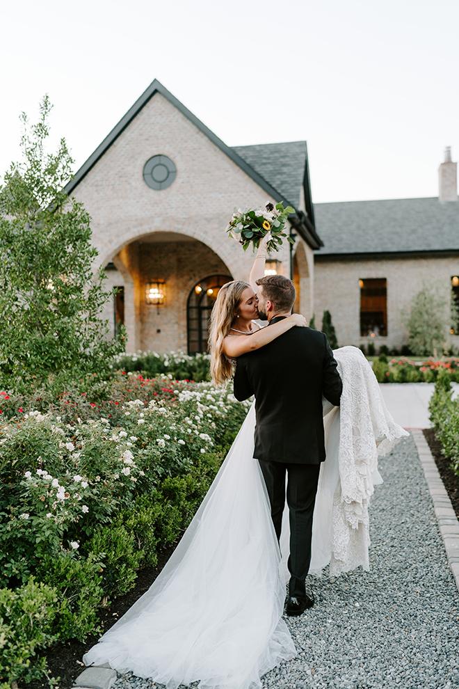 bride, groom, outdoor wedding photos, wedding photography, wedding moments, emily figurelli photography, venue, houston, iron manor, greenery