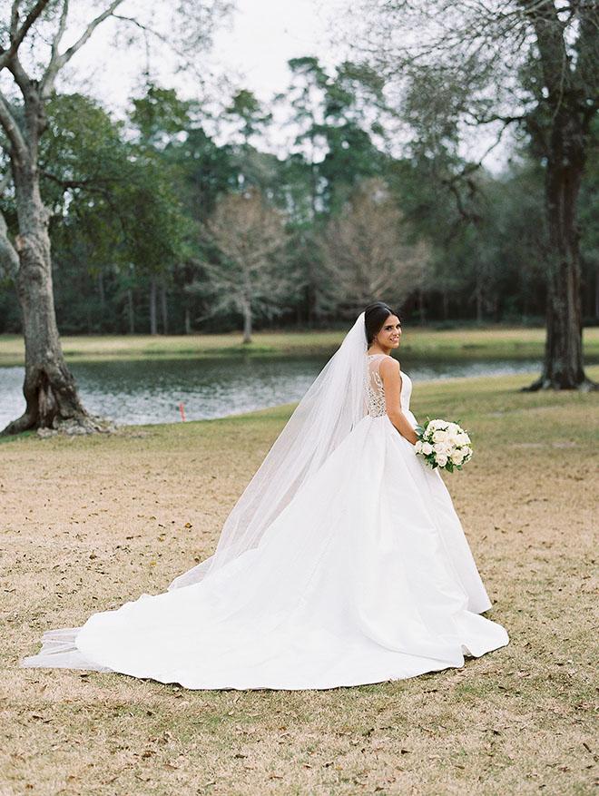 bridal portrait, outdoor photo, the woodlands country club, bridal bouquet, white flowers, bridal dress, bridal veil, long train dress and veil