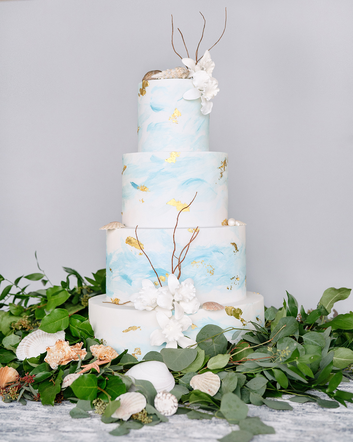 beach wedding cake ideas - blue and gold wedding cake