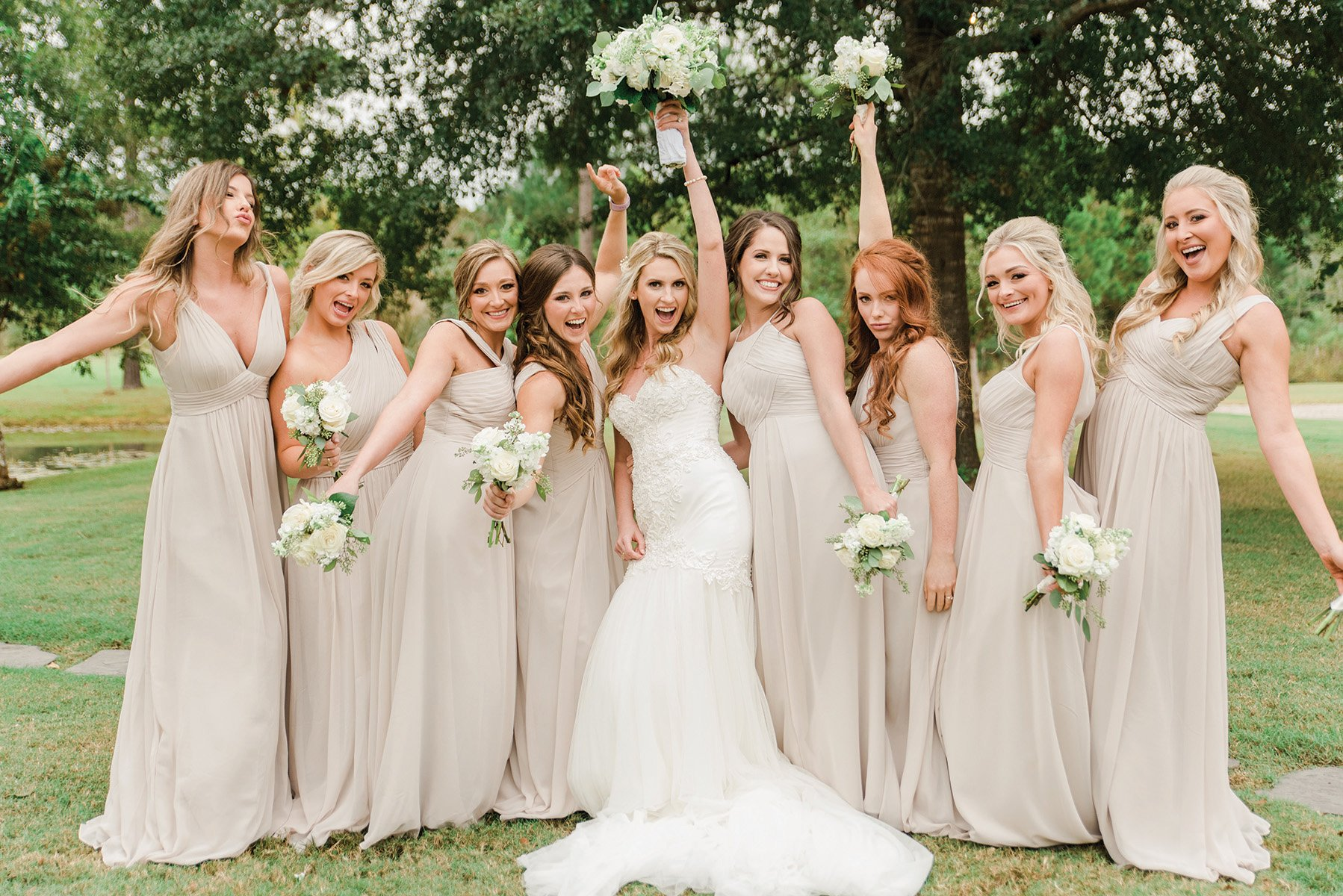 bridesmaids & bride - fun wedding party photo ideas