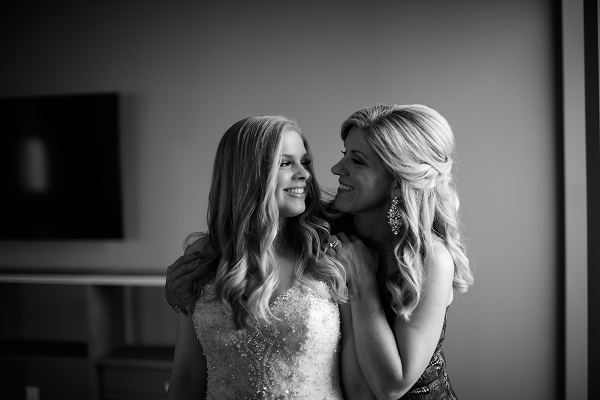 mother daughter before the wedding photography