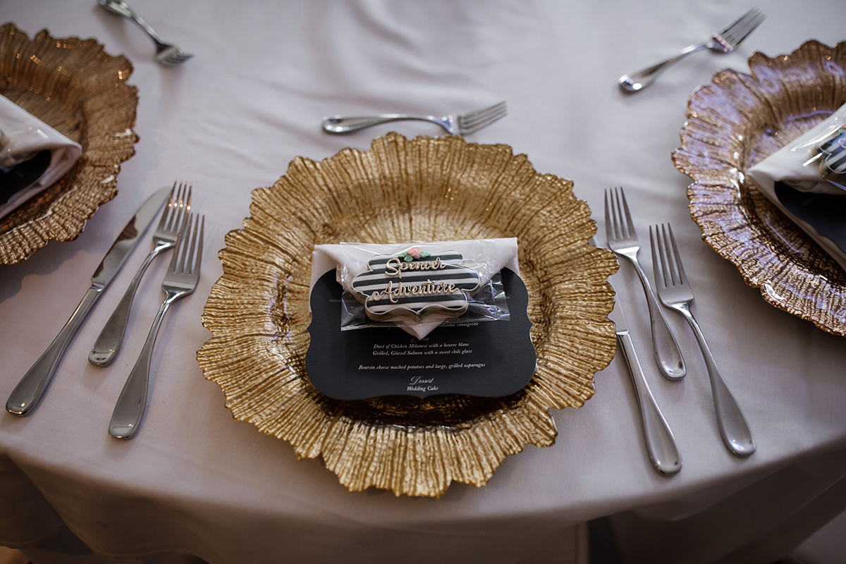 gold charger plate with menu stationery - tablesetting for wedding reception