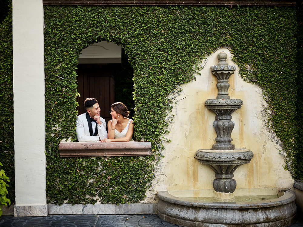 Wedding photographer - ivy wall with fountain